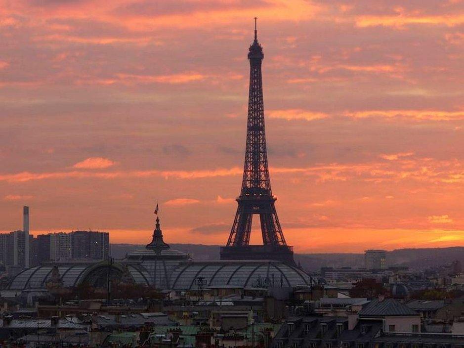 Auringonlasku Printempsin katolla. Eiffelin edustalla komeilee maailmankuulujen näyttelyiden Grand Palais.