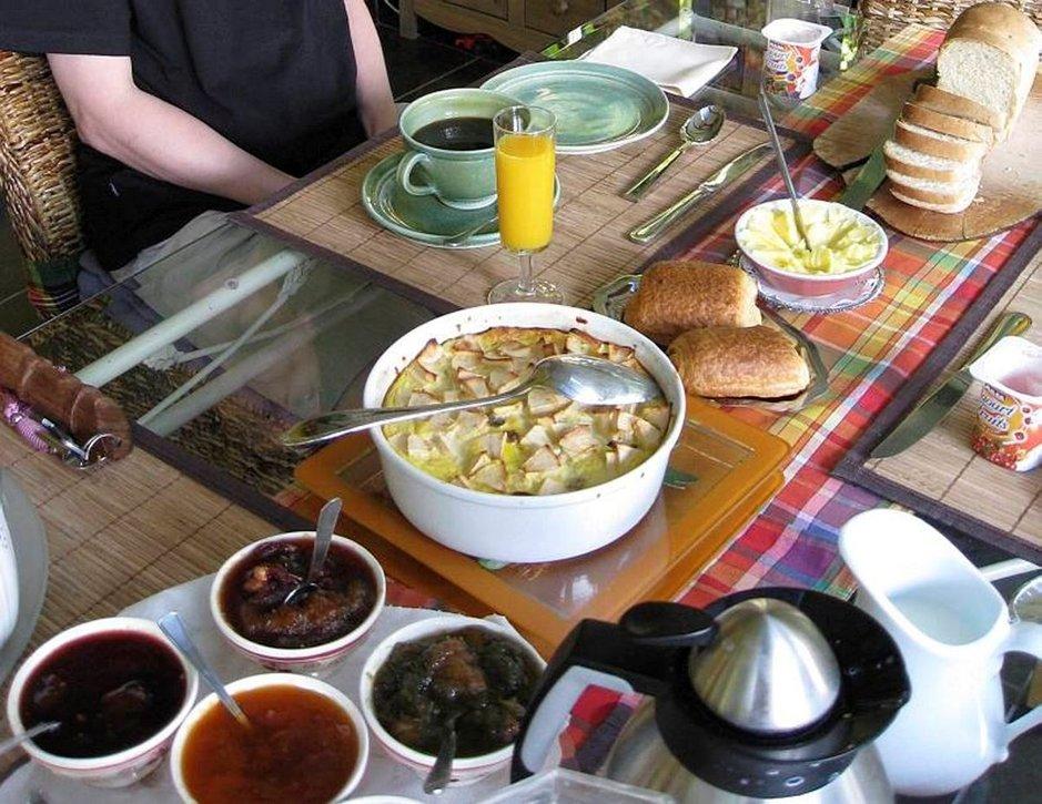 Perhemajoitusten aamiaispöydät notkuvat oman keittiön herkkuja croissanteista hilloihin.