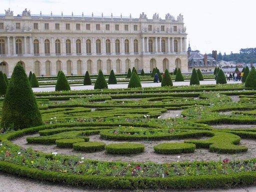 Versaillesin linnan juurella levittäytyy geometrinen, ranskalaistyylinen muotopuutarha.