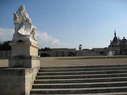 André Le Nôtren patsas löytyy Pariisin pohjoispuolelta, Chantillyn linnan etupihalta.