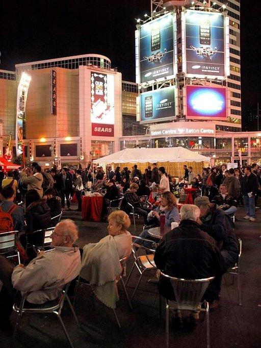 Dundas-aukion vilkas iltaelämä houkuttelee matkailijoita viihtymään.