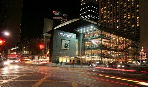 Toronton uusi oopperatalo on lasipalatsi kaupungintalon lähellä.