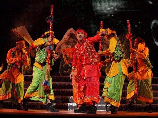 Bollywood-tanssijat tuovat etnisen tuulahduksen Intiasta.