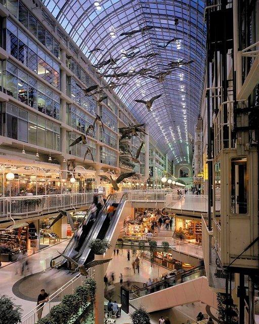 Eaton Centren kauppakeskuksessa on 300 myymälää viidessä kerroksessa.