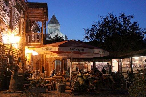 Tunnelmallinen ravintola Mtskhetan kaupungissa. Taustalla kohoaa Svetitskhovelin katedraalin torni.