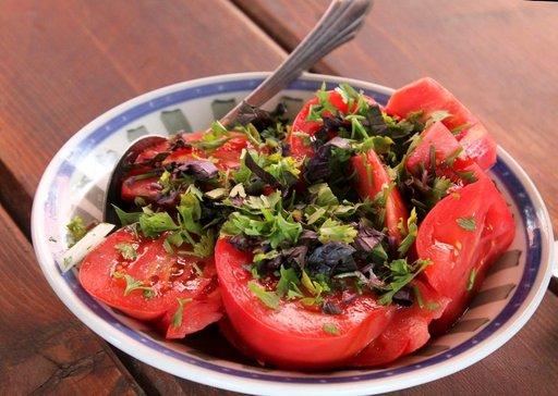 Jokaiseen ateriaan kuuluu herkullinen salaatti.