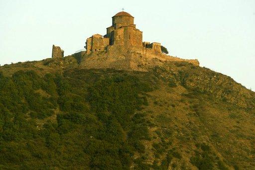 Yksi maan pyhimmistä paikoista, yli 1400 vuotta vanha Džvarin luostari, kohoaa korkealla mäellä Mtshetan kaupungin läheisyydessä.