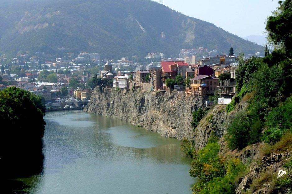 Tbilisin miljoonakaupungin läpi hitaasti virtaava Mtkvari-joki eli Kurajoki on kuvauksellinen, mutta nimensä mukaisesti pahoin saastunut, sillä kaupungin jätevedet lasketaan lähes puhdistamattomina jokeen.