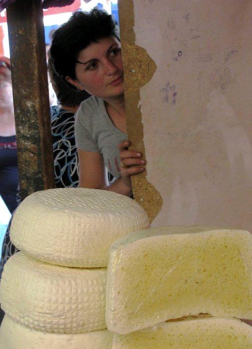 Viehättävä juustokauppiasTbilisin kauppahallissa.
