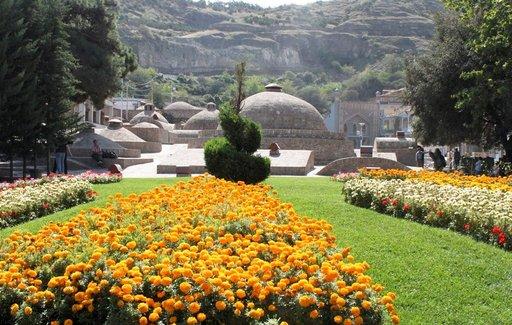 Vanhankaupungin keskustassa Abanotubanin alueella sijaitsevat islamilaista arkkitehtuuria edustavat pyöreäkupoliset kylpylät rikkialtaineen ja kunnon saunoineen. Kylpyläkäyntiä ei voi jättää Tbilisin vierailulla väliin.