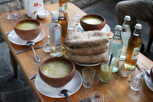Kostean illan jälkeen olo paranee kummasti naudan sorkista ja sisäelimistä valmistetun rasvaisen khashikeiton ja vodkasnapsien myötä.