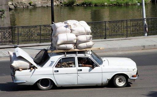 Tällaisella kuormalla ja puhkiruostuneella autolla ei Suomessa kovin pitkälle ajettaisi, mutta Georgiassa se on mahdollista.