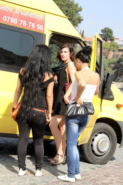 Georgialaiset naiset ovat kuuluisia kauneudestaan. Keltaiset pikkubussit kuljettavat halvalla paikasta toiseen.