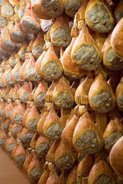 Parman kinkut odottavat pääsyä herkkukauppoihin ympäri maan. Monien italialaisten mielestä parmankinkku on parhaimmillaan kahden vuoden kypsytyksen jälkeen.