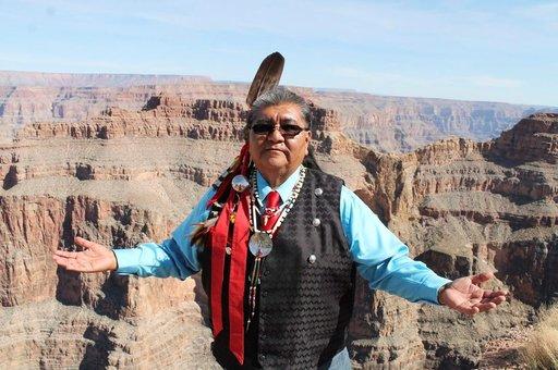 Hualapai-heimon puhemies Wilfred Whatoname Jr. toivottaa matkailijat avosylin heimonsa pyhille maisemapaikoille.