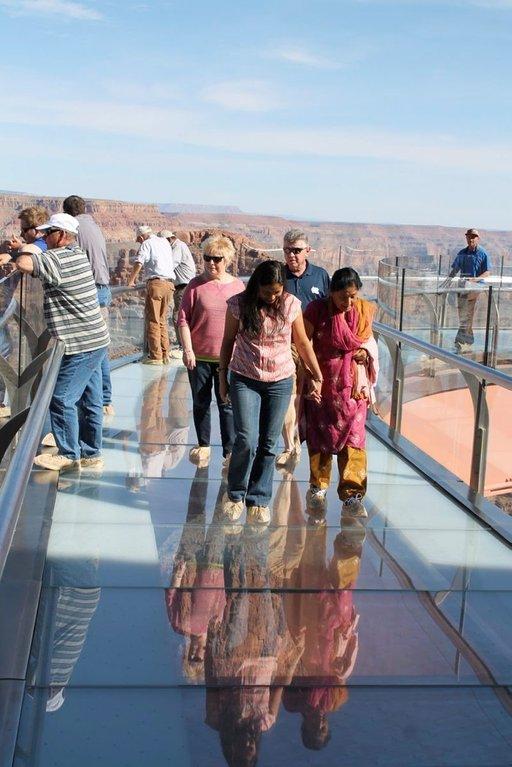 Kävely kanjonin yläpuolella on erikoinen kokemus, jota ei suositella korkeanpaikankammoisille. (Kuva: OSSI ARVELA)