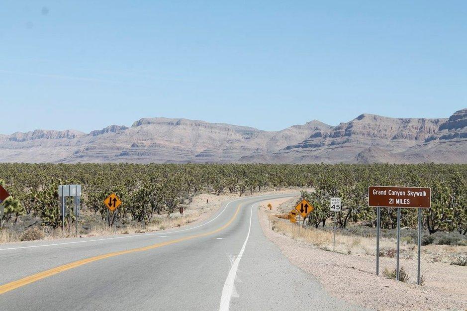 Ajomatka Las Vegasista kanjonille tarjoaa monenlaista maisemaa.