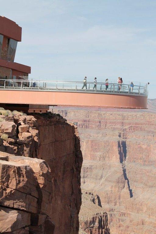 Kävelysillalta aukeaa jalkojen juuresta maisema suoraan kanjonin pohjalle.