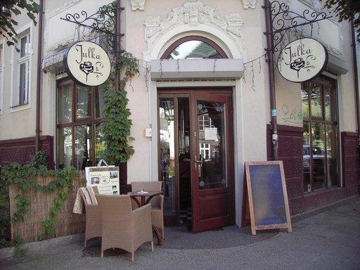 Lukuisat kahvilat kutsuvat kurkistamaan sisään.