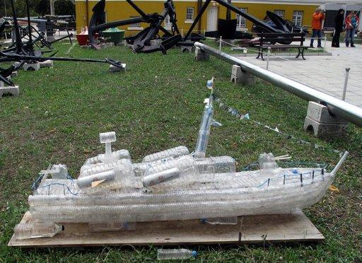 Merestä ja rannoilta kerätyistä muovipulloista 12-vuotiaan pojan rakentama laiva Varnan merimuseon pihalla muistuttaa merten saastumisesta ja erityisen haitallisesta muovijätteestä.