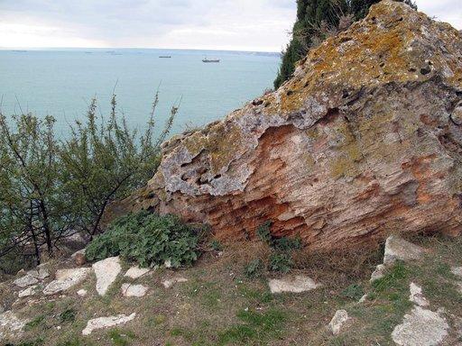 Kaliakran jylhät kalliot kurottavat pitkälle Mustallemerelle. Kallioilla oli ennen linnoitus. Nyt legendastaan tunnettu paikka on luonnonsuojelualuetta ja muuttolintujen tärkeä levähdyspaikka.