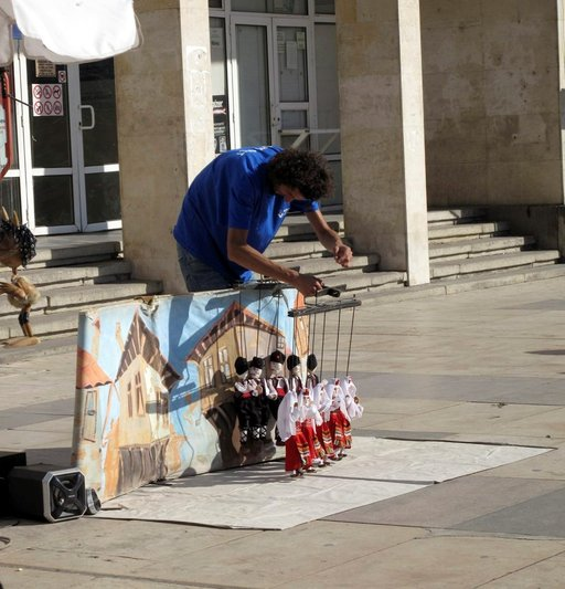 Marionettitaiteilija Plovdivin kävelykadulla hauskuutti yleisöään vauhdikkailla kansantanssiesityksillä.