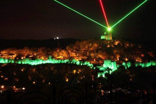 Historian myrskyisät vaiheet käydään läpi matkailijaryhmille Veliko Tarnovossa järjestettävässä näyttävässä ääni- ja valoshow'ssa. (Kuva Dimitar Zheliazkov)