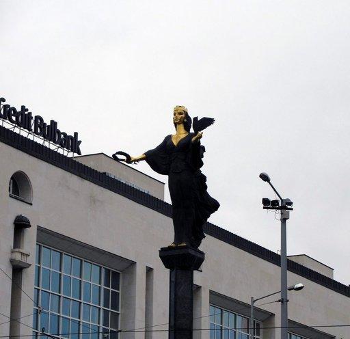 Niin katoaa mainen kunnia. Kaupungin suojeluspyhimyksen patsas korvasi vuonna 2000 paikkaa ennen hallinneen Leninin.