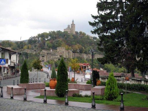 Bulgarian toisen valtakunnan pääkaupunkia, Veliko Tarnovoa, hallitsee edelleen Tsarevetsin vaikuttava linnoitus, jonka muureja on huolella restauroitu.