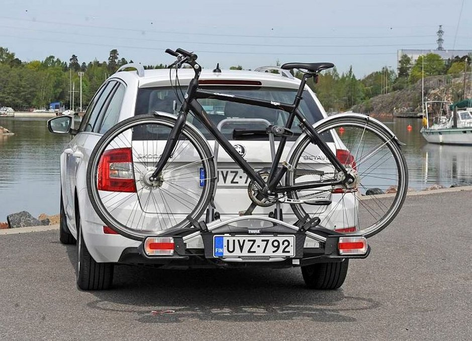 Laadukkaassa pyöränkuljetustelineesä on omat valot ja paikka ylimääräiselle rekisterikilvelle, jonka voi tilata Trafista.