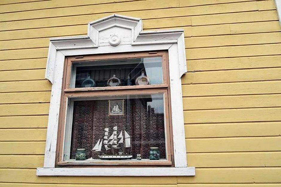 Puutalojen ikkunat kertovat Rauman merellisestä historiasta.