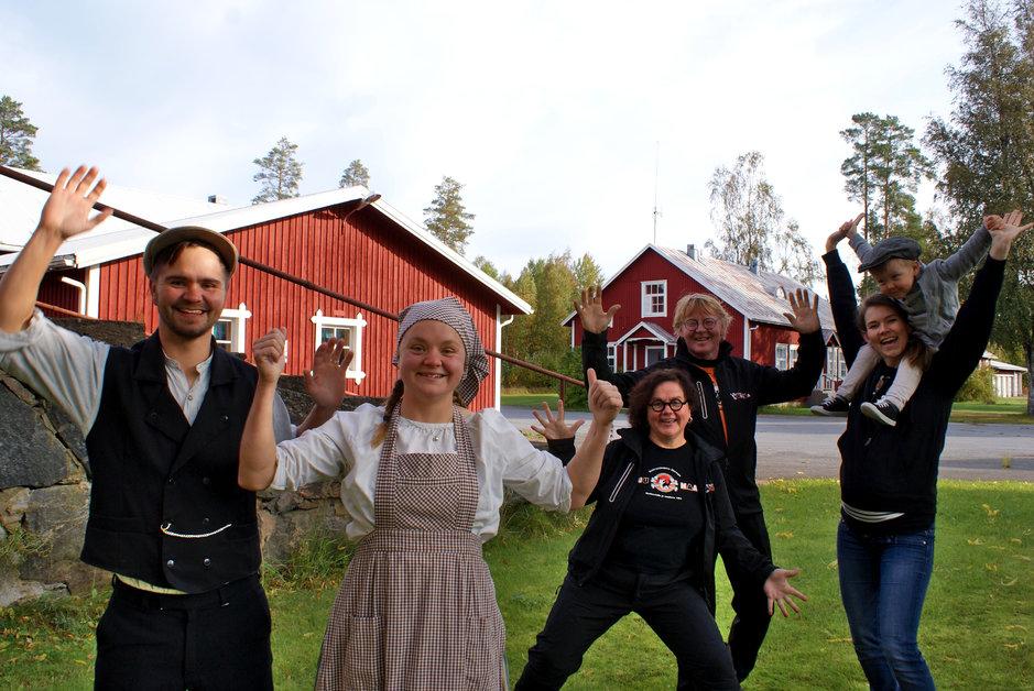 Palkittuja maaseutuyrittäjiä. Vasemmalta Frans Koivuniemi, Miina Koivuniemi (=sisaruksia), Sirkkaliisa Koivuniemi, Markku Koivuniemi sekä Laura Koivuniemi (=Fransin vaimo) ja Eino Koivuniemi (=Fransin ja Lauran lapsi). Kuvaaja Heini Tuuri.
