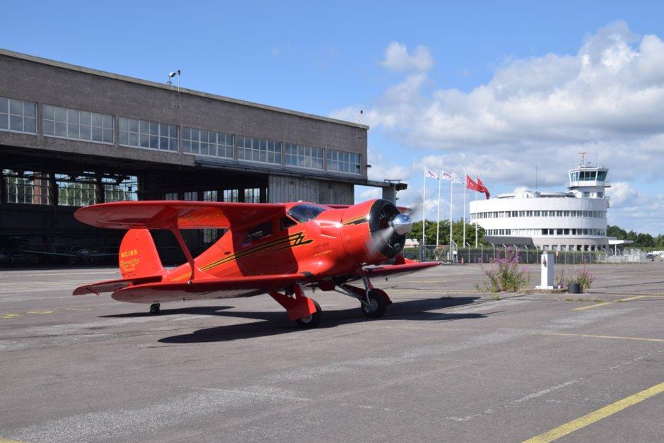 Vuoden 1944 Beechcraft vieraili heinäkuussa Malmilla. Hangaarin tilanne on epäselvä ja kiistanalainen. Kuva Malmin lentoaseman ystävät ry.