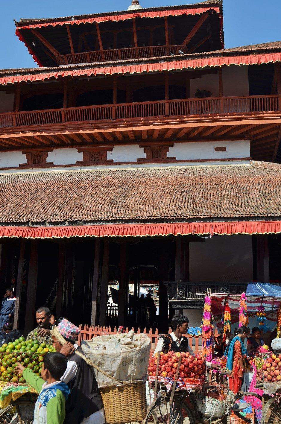 Kasthamandapin temppeli Katmandun keskustassa tuhoutui täysin. Kuva: Reijo Härkönen)