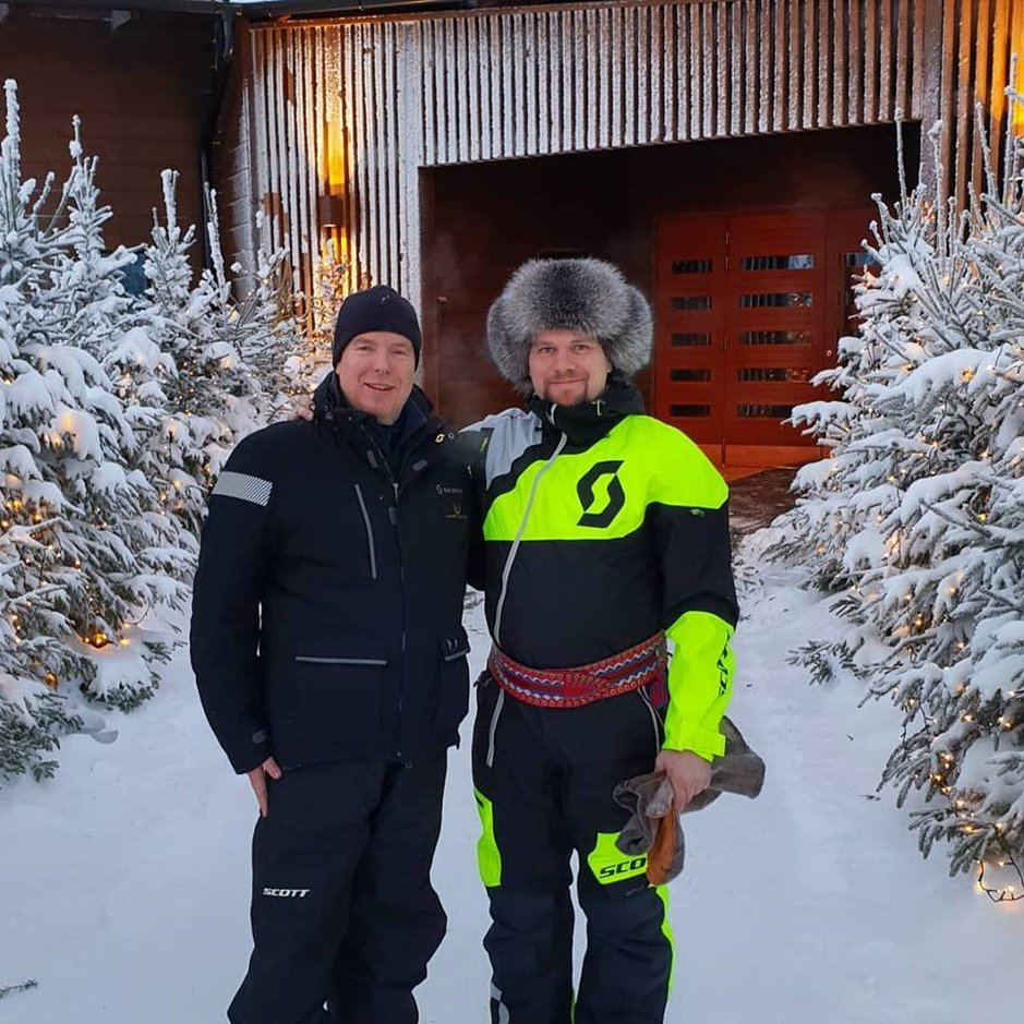 Ruhtinas Albert ja hänen isäntänsä Janne Honkanen Octolan sisäänkäynnillä jossakin Rovaniemen liepeillä.