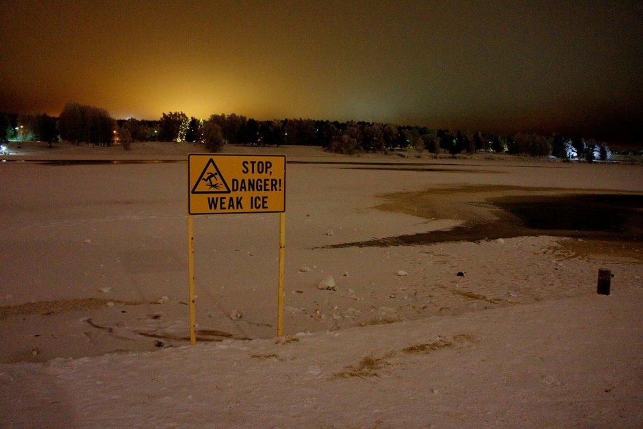 Rovaniemen vaarallisen sula-<br /> paikan reunalle varoituskyltti