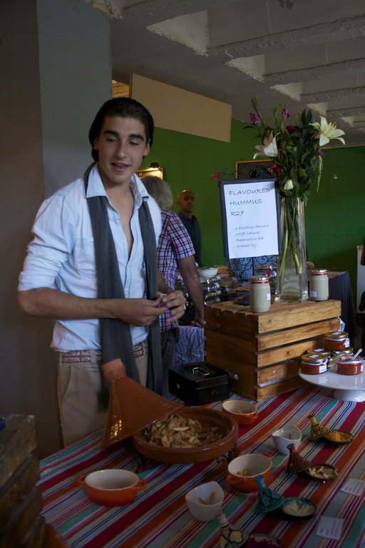 Sacha Cornwall myy The Organic People -perheyhtiön tuottamia kik-herneistä tehtyjä karamelleja jatapenaadeja.