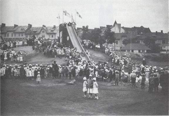 Tästä alkoi messualan nousu Suomessa: ensimmäiset messut 100 vuotta sitten Johanneksen kirkon kentällä Helsingissä.