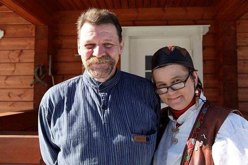 Irene ja Ari Kangasniemi pitävät käsityöperinnettä elossa.