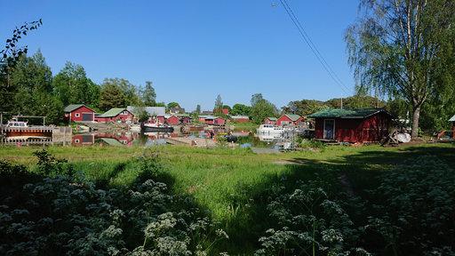Kaunissaaren punaiset talot hehkuvat auringon lämmössä.
