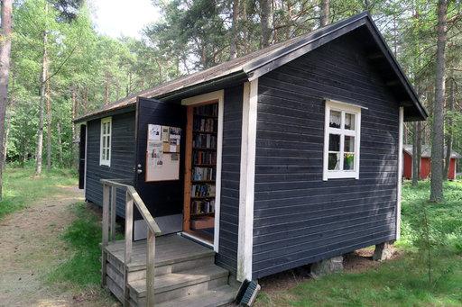 Tammiossa on kesäasukkaiden käytössä myös pieni kirjasto.