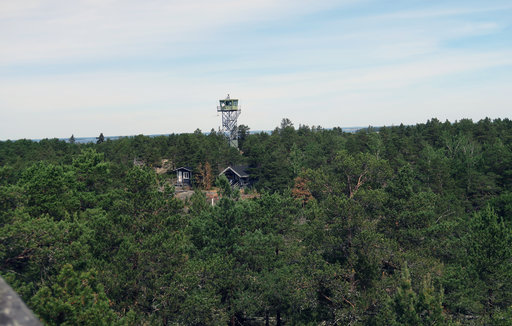 Vartiotornista rajan tuntumassa Ulko-Tammiossa näkyy kauas Suomenlahdelle.