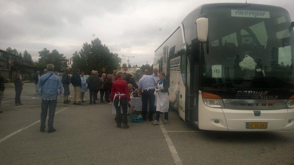 Tanskalainen matkanjärjestäjä kuljettaa bussin ruumassa ruoat ja juomat mukanaan. Tässä 50 matkailijaa nauttii lounasta Rovaniemen Napapiirillä bussin kylkeen katetuilta pöydiltä.