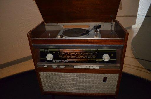 Tätä radiota ja levysoitinta valmistettiin Neuvosto-Latvian Riiassa.
