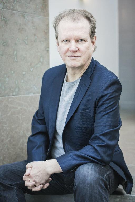 Toimittaja Teemu Luukka (s. 1960) on asunut New Yorkissa useina vuosikymmeninä. Tyyni Kalervon baarissa hän työskenteli 1980-luvulla ja New Yorkin Uutisissa. Kuva Jonne Räsänen.