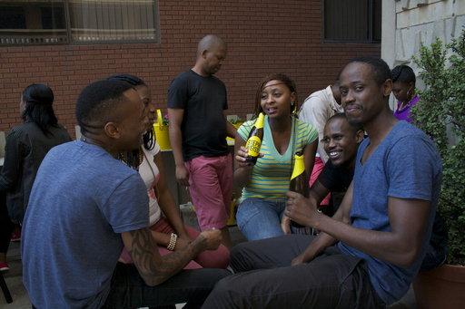 Terassilla Themba, Mahlotes, Ponzo, Vuzi ja Sean nauttivat olutta varjossa.