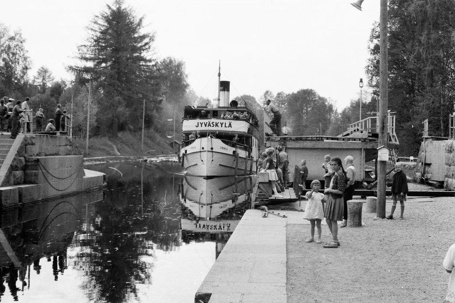 Laiva tulossa Vesijärveltä Vääksyn kanavaan 1955. Kuvaaja Hannu Sirola.