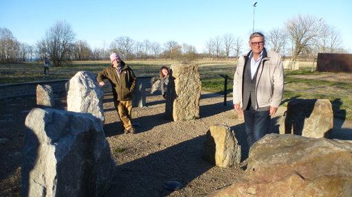 Sakan kartanon kunnostanut Tõnis Kaasik on pystyttänyt puistoon kivinäyttelyn.