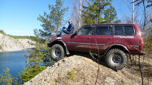 Maastosafari ei ole heikkohermoisille. Näin parkkeerattiin täydessä lastissa ollut maastoauto.