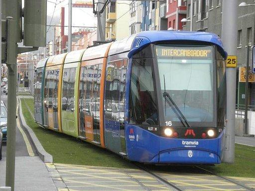 Iloinen raitiovaunu liikennöi pääkaupungista yliopistokaupunki La Lagunaan.